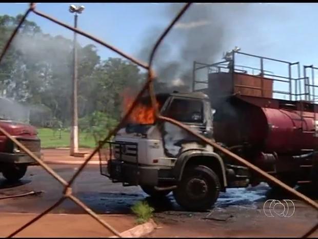 Caminhões foram incendiados durante invasão de usina em Goiás (Foto: Reprodução/TV Anhanguera)