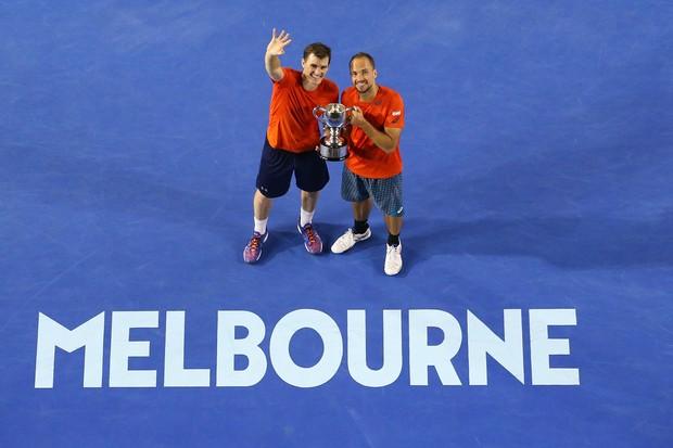 Bruno e o parceiro, o inglês Jamie Murray, levantam a taça de campeões do Australian Open de 2016 (Foto: Getty Images/Scott Barbour)