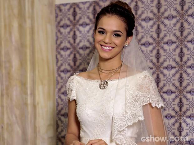 Luiza escolheu o branco tradicional com rendas e toques delicados para o dia do casamento (Foto: Felipe Monteiro/ TV Globo)