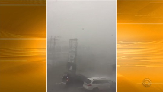Telhado de empresa é arrancado por vento e atinge casas em Florianópolis