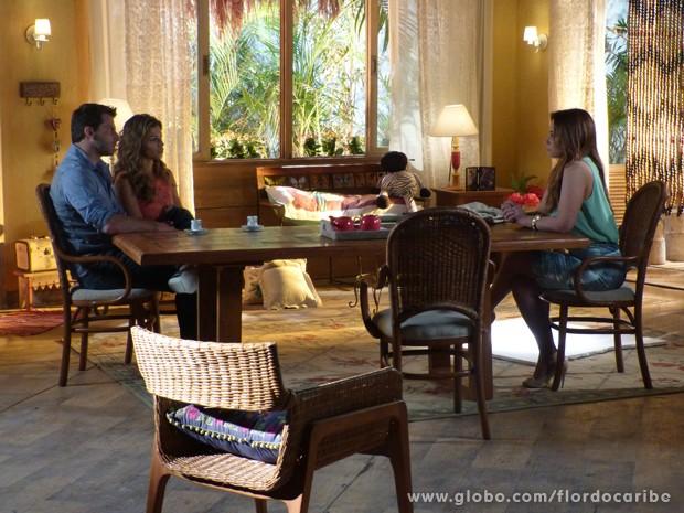 Aurora explica seu plano para Ester e Cassiano (Foto: Flor do Caribe/TV Globo)