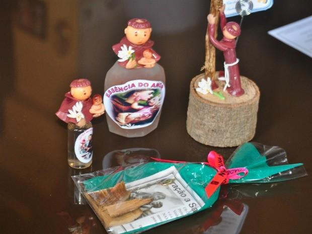 Kit com orações a Santo Antônio e 'essência do amor' é oferecido na 'Noite das Solteironas' (Foto: Ariadne Pimenta/ Dégagé)