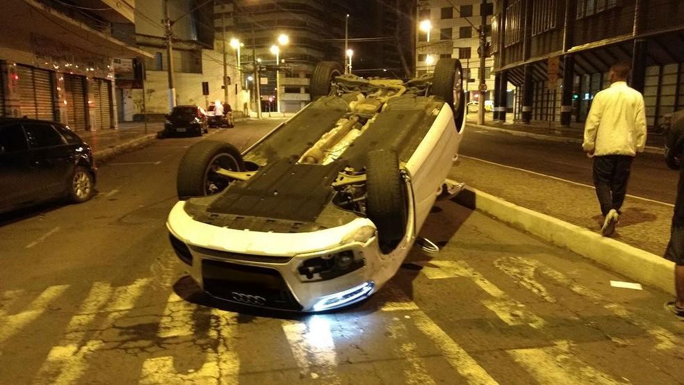 Motorista abandonou carro apos acidente no Centro de Juiz de Fora (Foto: Fernando Gonçalves/G1)