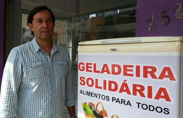 Empresário colocou geladeira na calçada de seu empreendimento Goiânia Goiás (Foto: Vanessa Martins/G1)