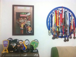 Medalhas conquistadas por Wallace por participações no triatlo, em Santos (Foto: Arquivo pessoal)