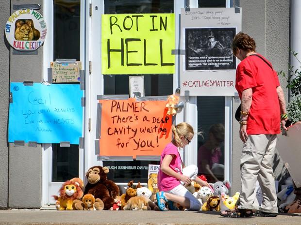 Cartaz com a mensagem 'apodreça no inferno' é visto na porta da clínica do dentista Walter Palmer, em Bloomington, Minnesota, na quarta (29) (Foto: Glen Stubbe/Star Tribune via AP)