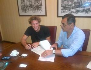 Forlán assina o contrato com o Inter (Foto: Divulgação)