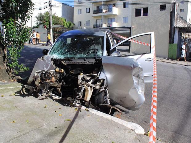 Carro ficou totalmente destruído (Foto: Renato Mendes/Brazil Photo Press/Estadão Conteúdo)