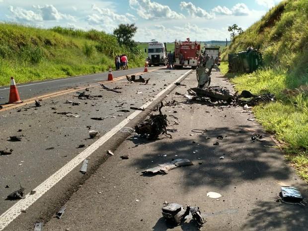 Pedaços do carro ficaram espalhados pela pista (Foto: Gabriel Tedde/Arquivo Pessoal)
