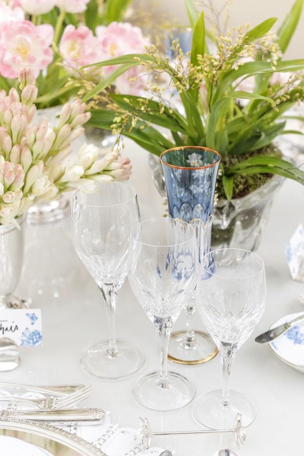 Mesa clássica é decorada com azul claro, branco e rosa (Foto: Julio Acevedo)