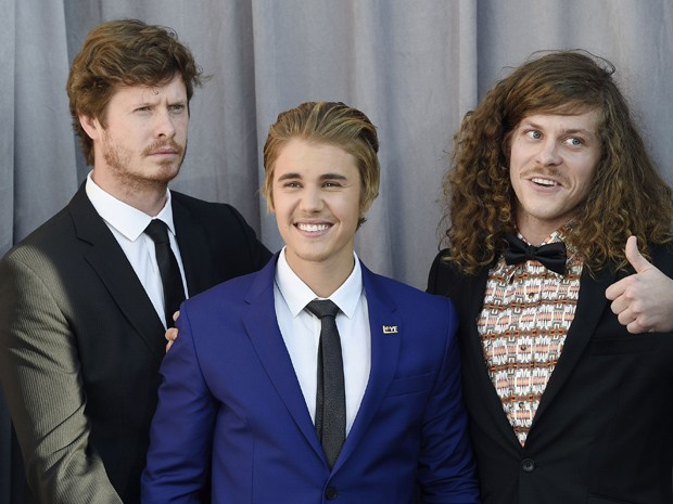 Anders Holm, Justin Bieber e o ator Blake Anderson lançam o programa 'Roast of Justin Bieber', na Califórnia (Foto: REUTERS/Kevork Djansezian)