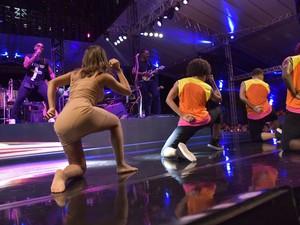 Cantora se juntou aos dançarinos da banda de pagode baiano (Foto: Elias Dantas/Ag.Haack)