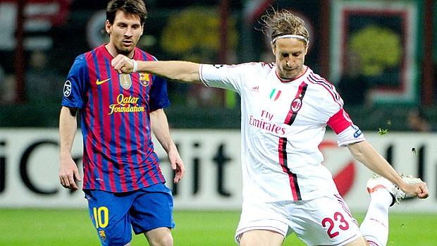 Massimo Ambrosini e Messi na partida do Milan contra o Barcelona (Foto: AFP)
