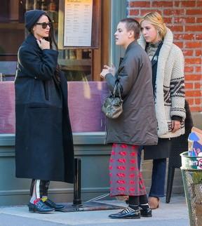 Demi Moore com as filhas Tallulah e Scout em Nova York, nos Estados Unidos (Foto: Grosby Group/ Agência)
