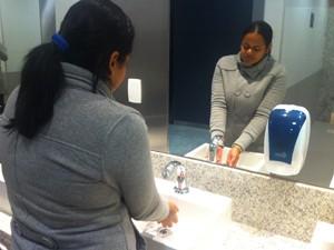 Faltava água nas torneiras dos banheiros do terminal (Foto: Tatiana Santiago/G1)