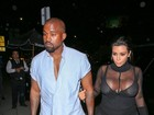 Kim Kardashian usa look decotadíssimo e transparente
