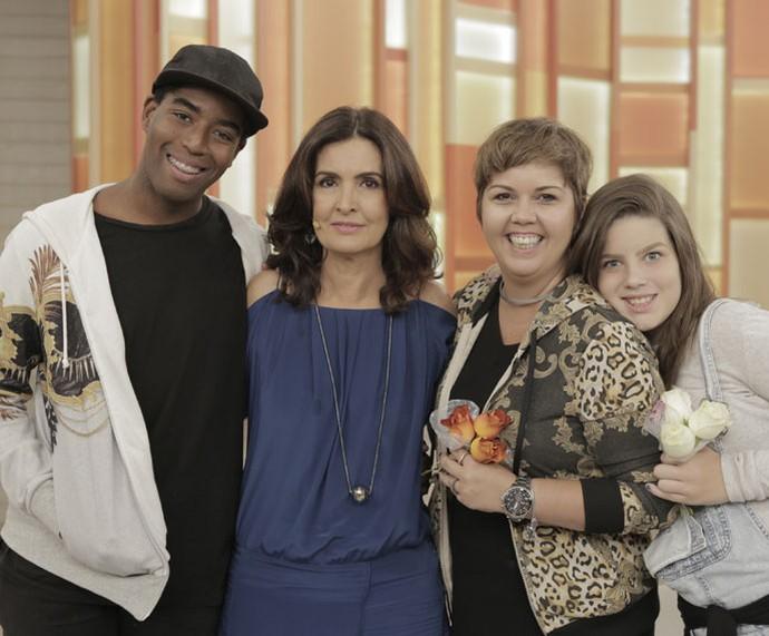 Fátima posa com a família que participou do programa e falou sobre adoção (Foto: Ellen Soares/Gshow)