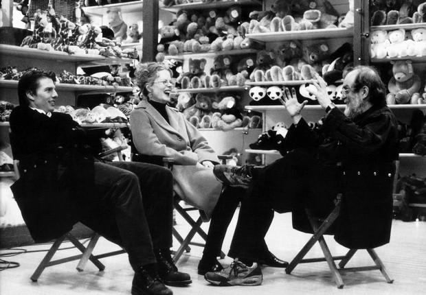 """Tom Cruise e Nicole Kidman, na época casados, conversam sobre seus papéis com o diretor Stanley Kubrick durante as filmagens de """"De Olhos bem Fechados"""" (Foto: Manuel Harlen / Divulgação)"""