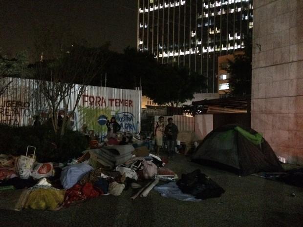 Manifestantes montaram barracas em área próxima ao pilotis do Capanema (Foto: Daniel Silveira/G1)