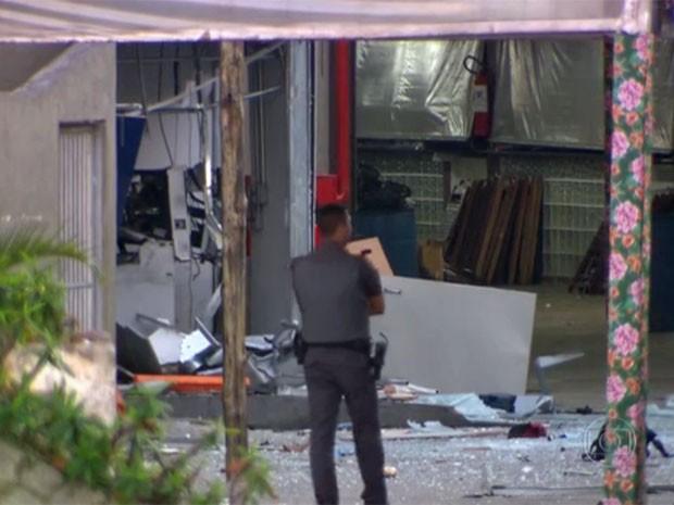 Criminosos explodem caixas eletrônicos na Zona Norte de São Paulo (Foto: Reprodução TV Globo)