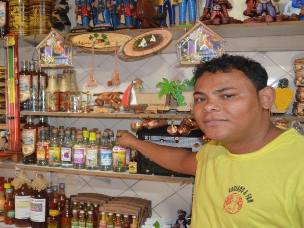 Vendedor diz que mais de 20 garrafas são vendidas por dia  (Foto: Tássio Andrade/G1)