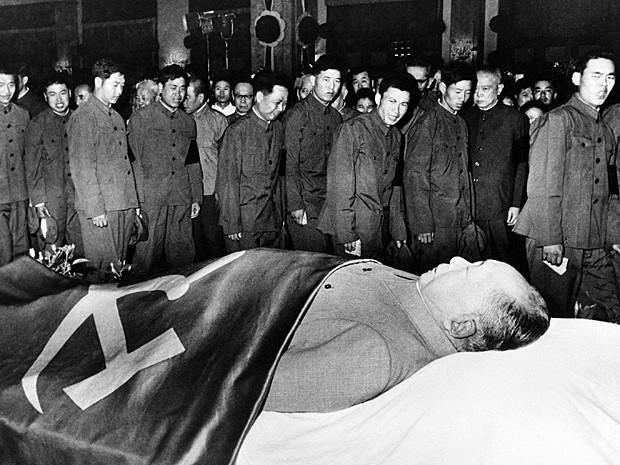 Militares chineses fazem reverência ao líder chinês Mao Tsé-Tung em foto sem data (Foto: AP)