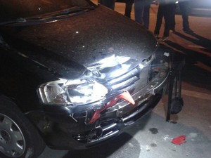 Partes da moto ficaram presas na frente do veículo (Foto: Shade Andréa Cavalcante/G1)