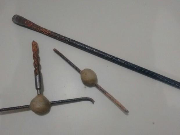 Materiais foram usados para furar buraco na parede da cadeia de Martinho Campos (Foto: Polícia Militar/Divulgação)