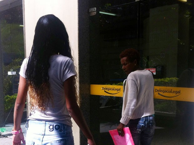 Jovem vítima de estupro  no Morro da Mineira chega à 6ªDP (Cidade Nova) nesta segunda (19) (Foto:  Cristiane Cardoso/G1)