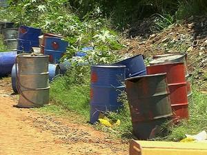 Remoção de tambores com produto desconhecido atrasa em Sumaré (Foto: Reprodução EPTV)