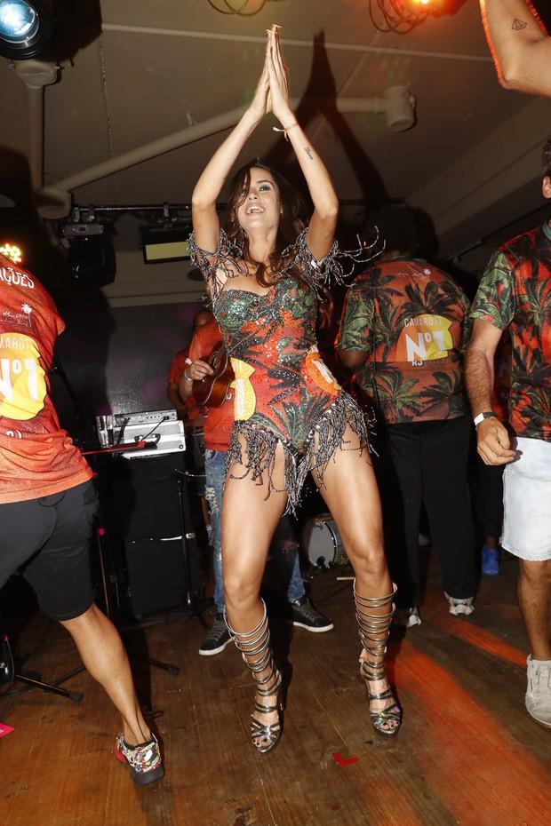 Thaila Ayala se acabando de sambar (Foto: Divulgação/CamaroteN1)
