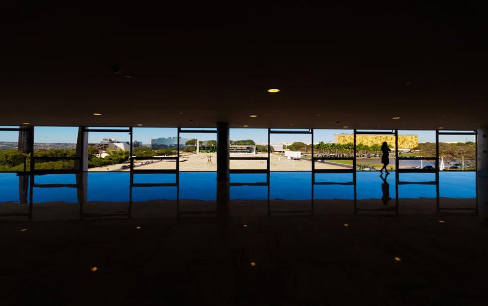 Mulher é vista no Palácio do Planalto, em Brasília. Ao fundo é possível ver a Praça dos Três Poderes (Foto: Marcelo Brandt/G1)