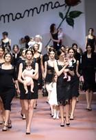 Desfile da grife Dolce & Gabbana leva modelos grávidas e bebês à passarela
