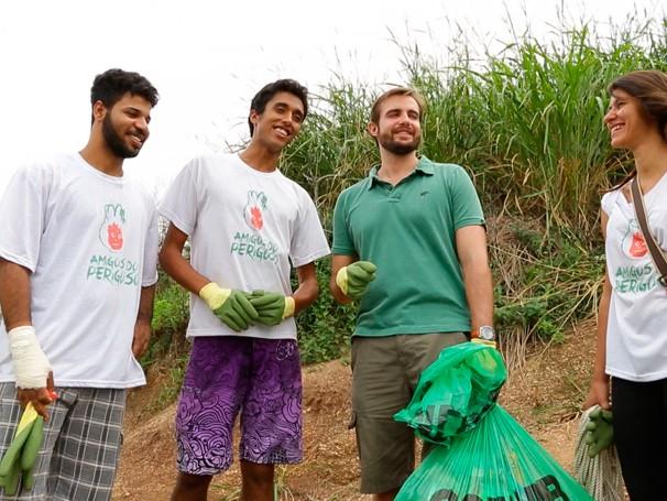Max Fecondini acompanha projeto que incentiva a limpeza de praias (Foto:  Reprodução de TV)