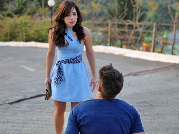 César pede o perdão da namorada (Foto: Maria Lima/Gshow)