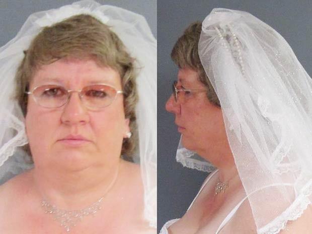 A americana Tammy Lee Hinton foi presa em julho de 2011 em Jackson, no estado de Michigan (EUA), logo após sua cerimônia de casamento. Antes de ser levada para a cadeia, a polícia permitiu que Tammy posasse rapidamente para algumas fotos. (Foto: Jackson Citizen Patriot/AP)