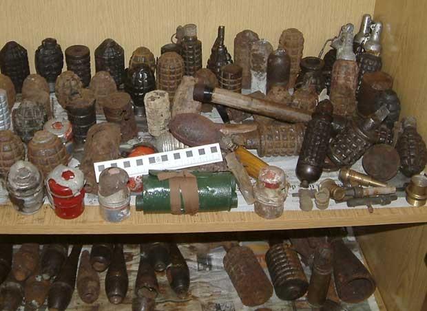 Suspeitos comercializavam armas e munições que remontam à Guerra Civil espanhola e à Segunda Guerra Mundial. (Foto: Spanish Interior Ministry/AP)