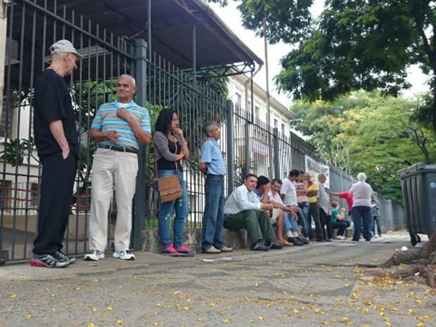 O aposentado Adarci Medeiros de Morais, de 71 anos, foi o primeiro a chegar na Etec Rubens de Faria e Souza (Foto: Jomar Bellini/G1)