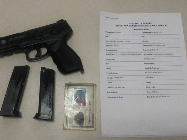 Suspeito estava com arma falsa e carregadores (Foto: Gati/Divulgação)