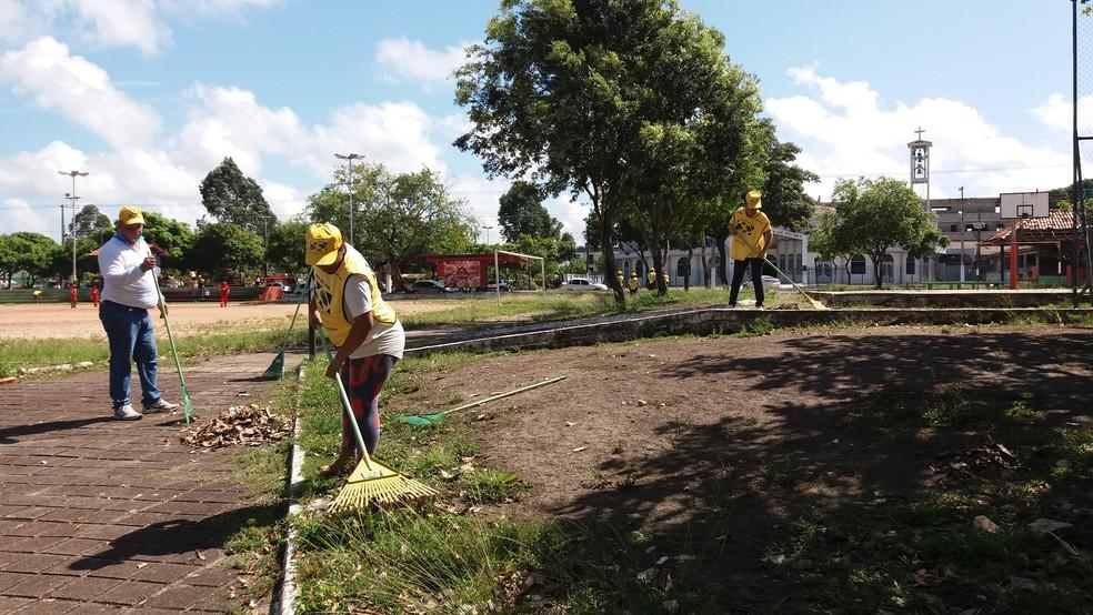 Serviços tiveram limpeza e capinagem na praça de Fátima, na zona central (Foto: Jéssica Alves/G1)