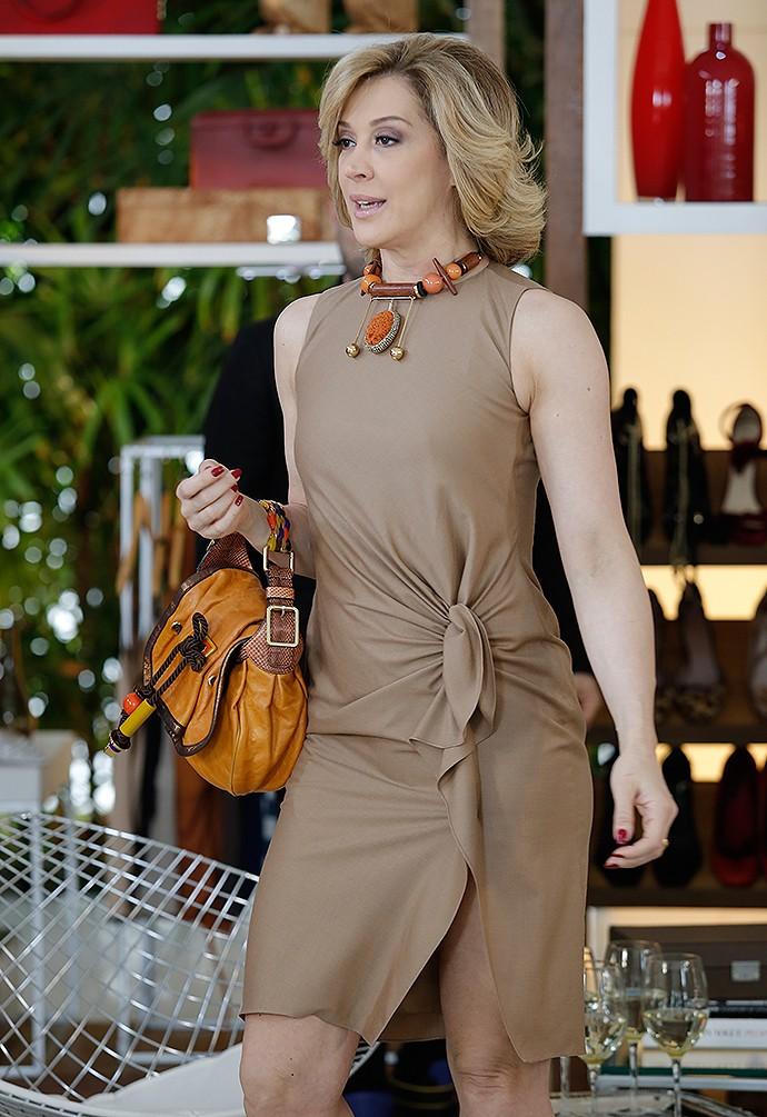 Claudia Raia combinou o vestido sequinho com maxi bijoux (Foto: Fábio Rocha / Gshow)