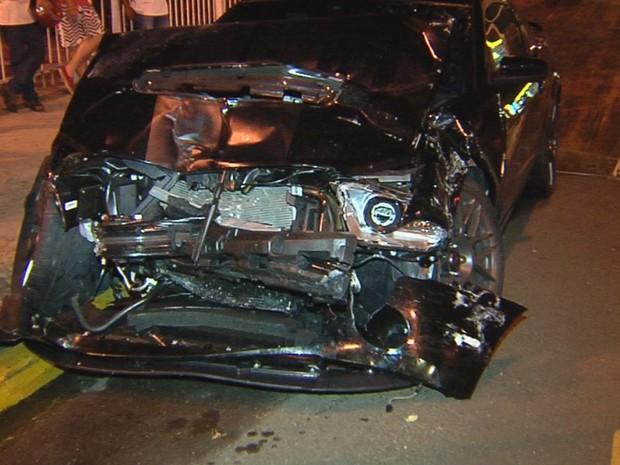 Frente do Mustang ficou destruída com o impacto da batida (Foto: Reprodução / TV TEM)