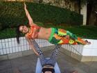 Lucilene Caetano mostra equilíbrio e exibe cinturinha ao praticar ioga