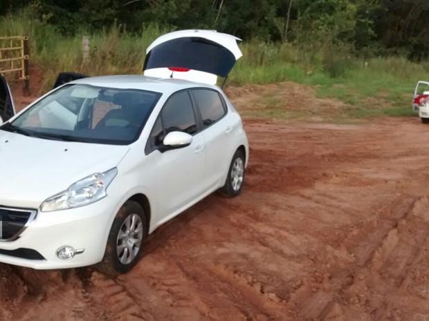 Carro em que o casal estava quando foi encontrado (Foto: Divulgação/Polícia Militar)