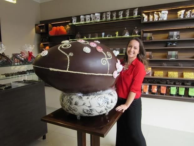 A chocolatier Anna Kaebisch mostra o ovo de Páscoa de 20 kg à venda em Brasília por R$ 4 mil (Foto: Gabriela Berrogain/G1)