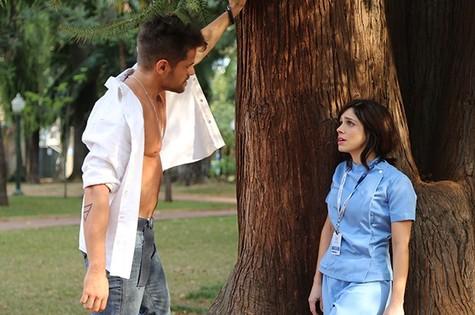 César  (Alejandro Claveaux) e Itália (Sabrina Petraglia) (Foto: TV Globo)