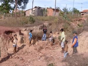 Moradores andam em meio a crateras para chegar nas casas, em Ponte Alta do Tocantins (Foto: Reprodução/TV Anhanguera)