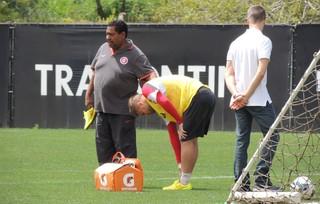 Sasha sente dores e deixa o treino (Foto: Tomás Hammes/GloboEsporte.com)