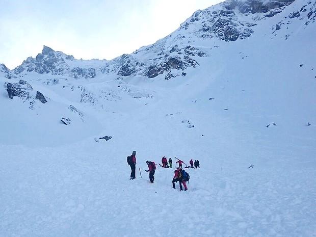 Equipe busca sobreviventes no local de avalanche na Áustria, neste sábado (6) (Foto: ZOOM.TIROL / APA / AFP)