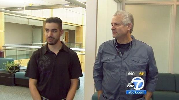Michael Buelna, policial de Santa Ana, na Califórnia, se reuniu com Robin Barton neste domingo (26) (Foto: KABC-TV via AP)